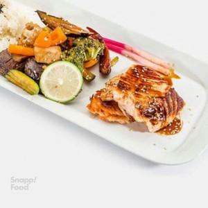 ماهی سالمون با سس تریاکی و سبزیجات